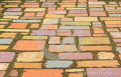 Assoalho concreto colorido na grama verde