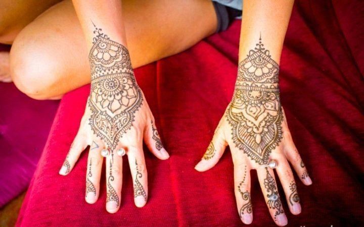 idée de tatouage au henné artistique pour femme