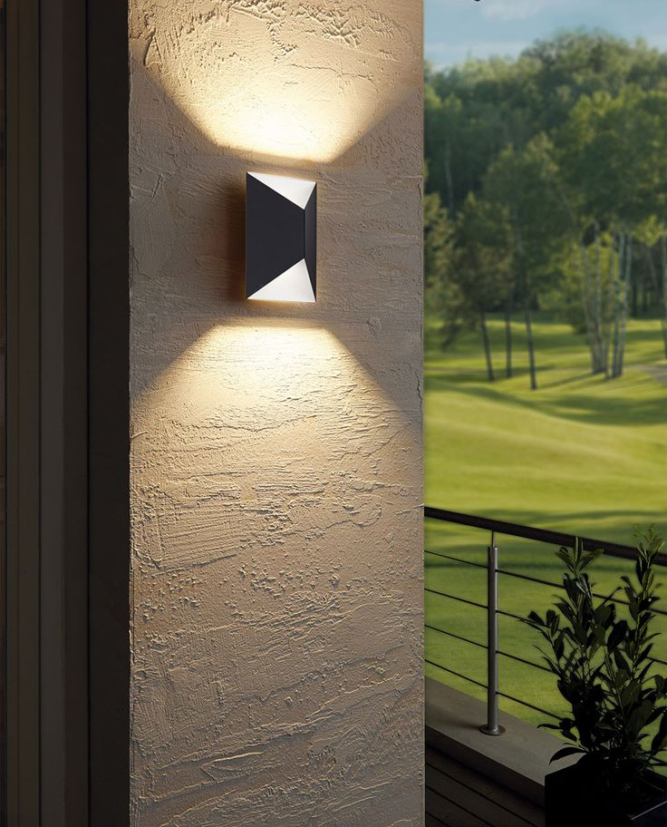 Predazzo fra Eglo er en smart vegglampe som vil gi deg godt og vakkert lys opp- og nedover husveggen. Utelampen har en ren design og er produsert i galvanisert stål med antrasitt og hvit utførelse. Den leveres med utskiftbare LED pærer.