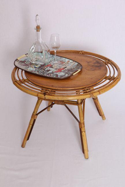 Table basse en rotin, couleur miel.  Le plateau peut être laissé tel quel ou repeint (en bleu pétrole par exemple).