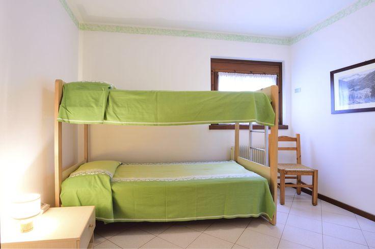 Pi di 25 fantastiche idee su divano letto a castello su for Camera matrimoniale e piani bagno