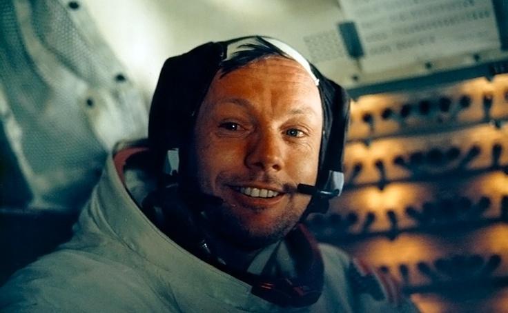 Adiós a Neil Armstrong      El fallecimiento del astronauta Neil Armstrong a los 82 años de edad ha supuesto también el adiós al primer hombre que pisó la Luna. En esta foto, Armstrong sonríe en el módulo lunar justo después de haber completado la proeza, fotografiado por su compañero Buzz Aldrin.