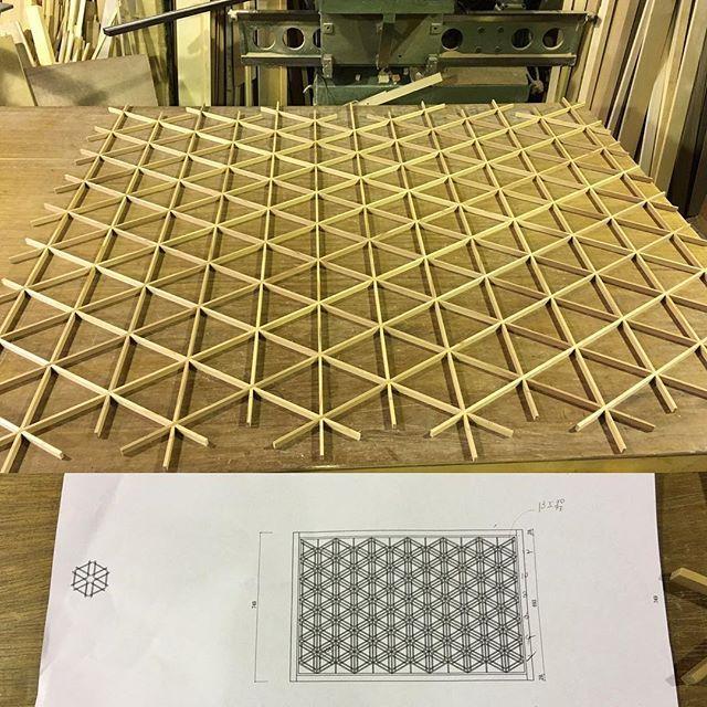 年内の納品では最後の組子仕事となります。 少し大きめのピッチで胡麻柄模様。 #小倉組子#組子#北九州#福岡#和#和モダンインテリア#和風#和風インテリア#木工#建具#花#手仕事#雑貨#小倉#綺麗#繊細#九州#日本#japan#kitakyusyu#fukuoka#kumiko#wa#wood#woodworking#interior#kirei#flower