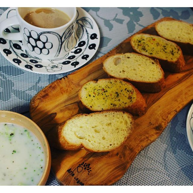 2016/08/10 14:48:04 mon.bijou.09 今朝の朝ごはんは、フランスパン🍞 ガーリックトーストとバタートースト。 ブロッコリーのクリームスープ。 コーヒーは、ハワイで買ったコナコーヒー☕️ オリンピック、体操の団体で金メダル✨✨✨ すごいなぁ‥😱 ✴︎ #bread #トースト #朝ごはん  #トーストアレンジ #バルミューダ  #今日の朝ごはん  #デリスタグラマー #クッキングラム #料理写真  #今日の朝御飯 #北欧食器  #おうちご飯 #lin_stagrammer #KURASHIRU #instafood #foodstagram #food #morning # バルミューダレシピ #ブラックパラティッシ #カッティングボード