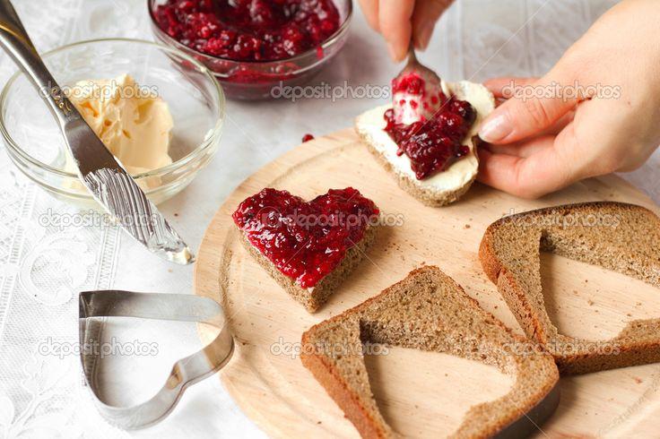 женщина готовить сладкий завтрак - хлеб с вареньем - Стоковое изображение: 37001079
