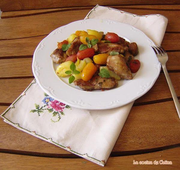 Muslos de pollo crujientes y glaseados con patatas nuevas aplastadas y tomates | Cocinar en casa es facilisimo.com