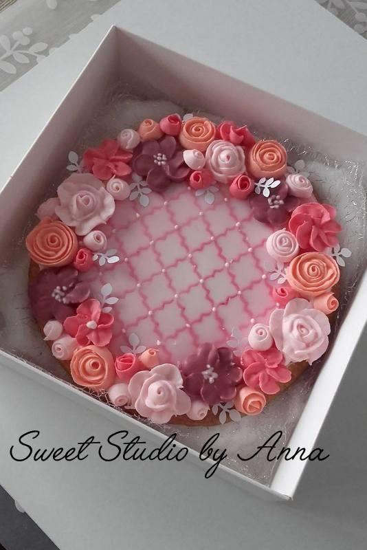 Wedding flower wreath cookie by Anna Augustyniak - http://cakesdecor.com/cakes/279184-wedding-flower-wreath-cookie