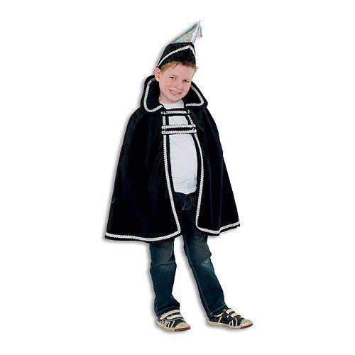 Zwart Prins carnaval pak voor kinderen. Dit Prins Carnaval pak voor kinderen bestaat uit een een mooie zwarte lange cape met gouden versiersel. Hierboven op komt een zwarte prinsenmuts. Dit kostuum is perfect te combineren met bijvoorbeeld een spijkerbroek en een wit overhemd. Als accessoire kan er bijvoorbeeld nog een zwaard bij, deze is ook in onze webshop te vinden. Het kostuum is in verschillende kindermaten te verkrijgen.