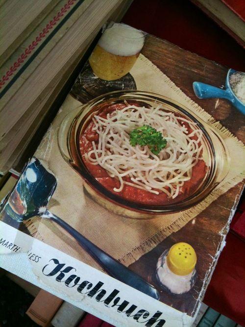 Spaghetti Vintage: Orrori d'antan sulla copertina di un vecchio libro di ricette tedesco