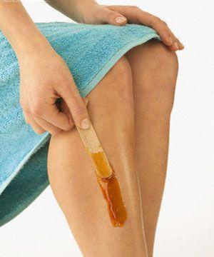 Las mujeres quieren tener unas piernas suaves y sedosas, pero es una molestia tener que afeitarse todos los días. La cera es una buena opción, ya que mantiene la piel suave por mucho más tiempo sin embargo, una depilación profesional puede resultar costosa. Prepare su propia cera fría en casa y ahorre unos cuantos pesos.