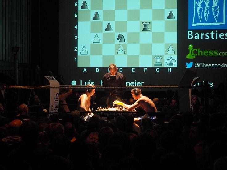 Freitag, 09.10., 21.56 Uhr – Mitte, Schönhauser Allee: Mit Fäusten und Köpfchen: Beim Schachboxen wird zwischen zwei Kämpfen Schach gespielt. © Charlott Tornow