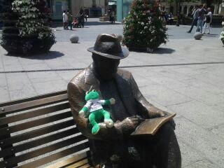 Ando haciendo compañía a un señor muy conocido en la ciudad de León.