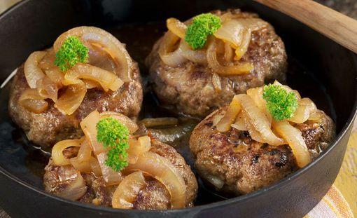 Hieman ruotsalaisen makea, paksu kastike on täsmälleen oikea näille sipulisille pihveille.