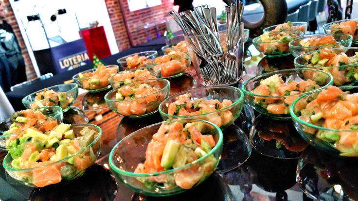 Mini cuencos de Tartar de salmón para nuestros eventos de empresa. Almuerzos. Catering experience. Madrid. Eventos. Sobejano Catering. Victor sobejano