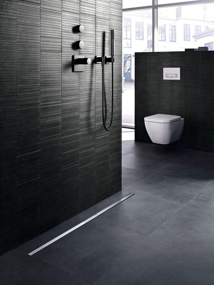 Diseño de baño elegante con cisterna empotrada Geberit Sigma y Canal Ducha Geberit CleanLine. ¡Para un baño mejor en higiene!
