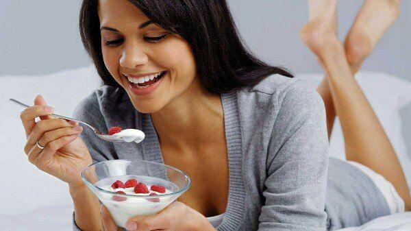ДИЕТА НА ЙОГУРТАХ      Из чего состоит йогуртовая диета для похудения    Базовый принцип йогуртовой диеты для похудения - ежедневно за 4 приема пищи вы должны съедать по 500 гр. натурального йогурта жирностью не более 1,2%. Следует сказать, что йогуртом вы также можете заправлять фруктовые салаты. В день вы можете позволить себе около 350 гр. свежих фруктов (зеленых яблок и цитрусовых). Не рекомендуется употреблять дыню, виноград и арбуз.    На обед рекомендуется съедать 100 гр. отварного…