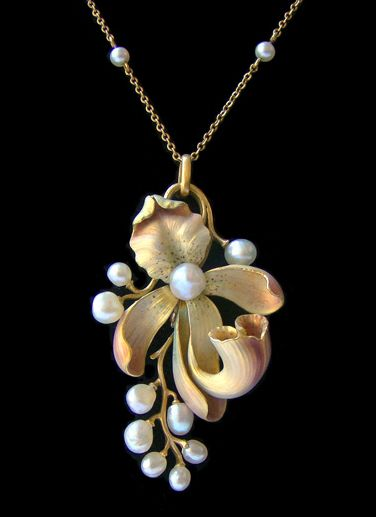 Art Nouveau pendant. Around 1900 - gold, enamel and pearls.