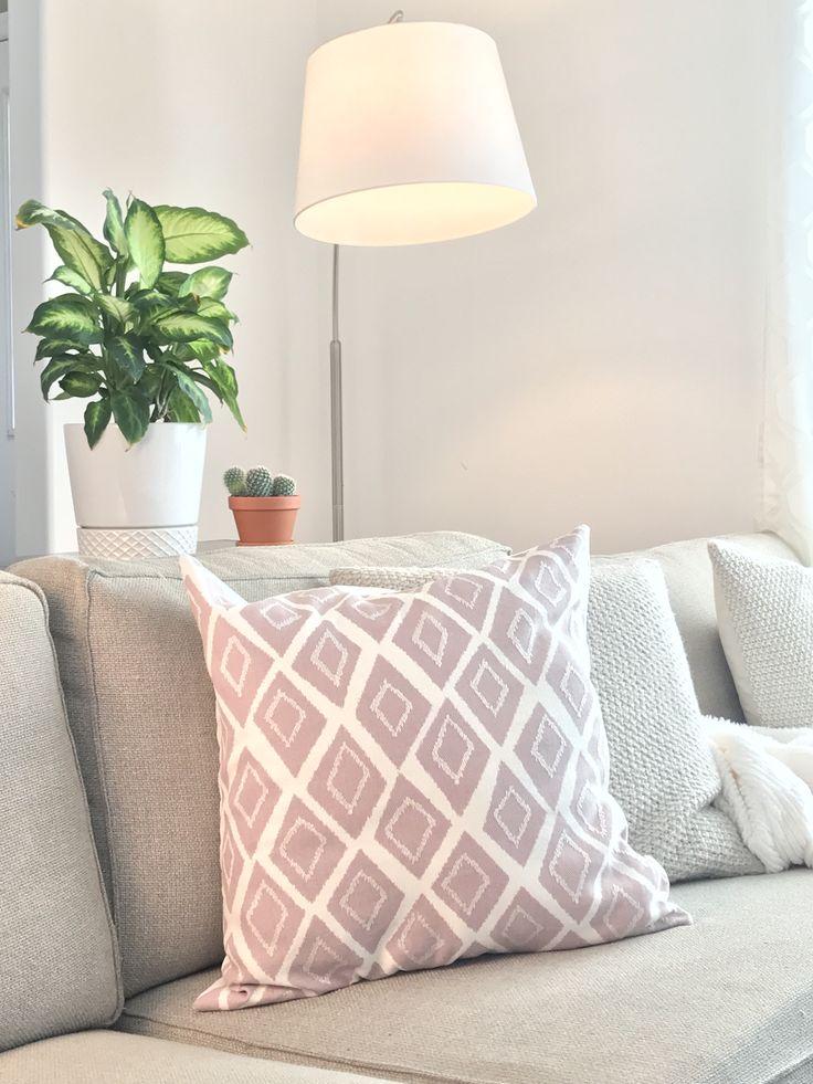 Cushions are an excellent way to add a pop of colour to any space! Les coussins sont une excellente solution pour ajouter de la couleur à n'importe quel espace!