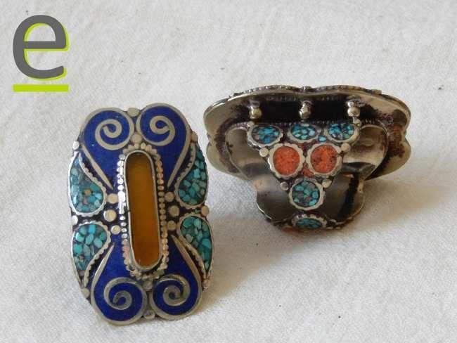 Anello con agata gialla centrale, decorato con corallo e pasta di corallo rosso, frammenti di turchese, pasta di lapislazzuli. http://easy-online.it/it/shop/anelli-nepalesi/anelli-con-agata/