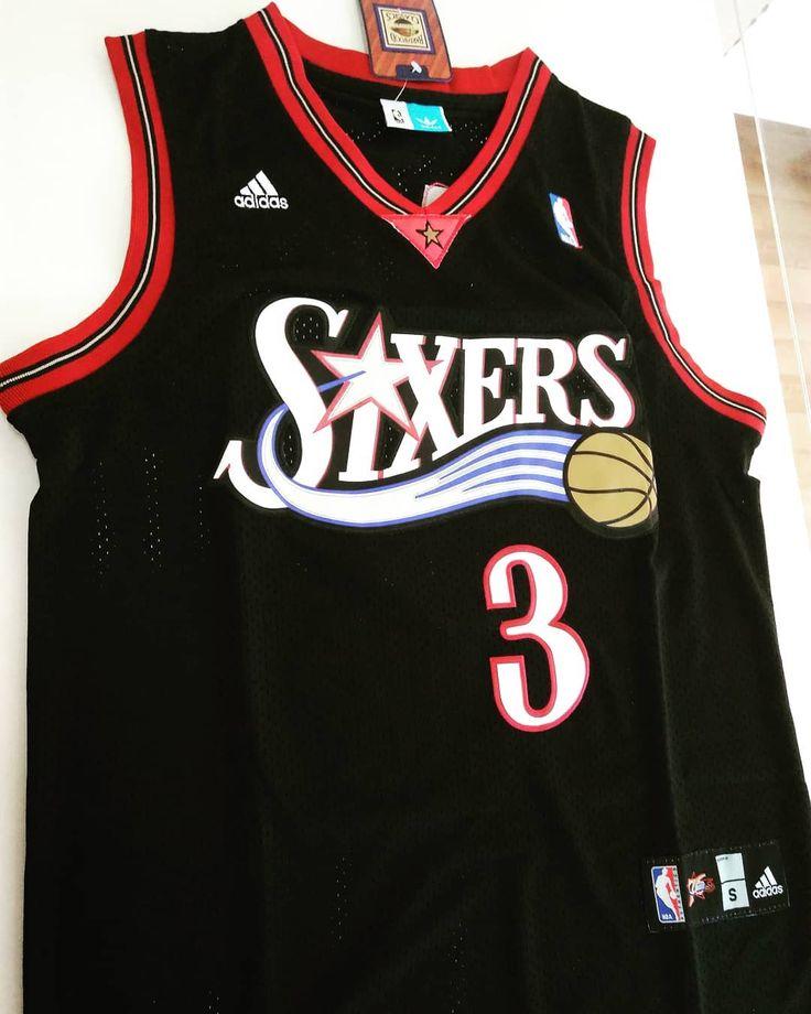NBA RETRO  ALLEN IVERSON Disputó 14 temporadas en la NBA fue seleccionado en la primera posición del draft de la NBA de 1996 por Philadelphia 76ers equipo en el que jugó hasta 2006. All star game en 2001 ocupa el sexto puesto en la categoría de puntos por partido en la historia de la NBA con 267 puntos por encuentro. DISPONIBLE TALLE S Y M  TARJETAS 6 SIN INTERÉS  ENVIOS A TODO EL PAÍS  #camisetas #laplata #basquet #nba #retro #sixers #3#iverson