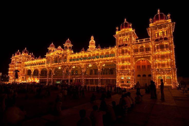 Esse é o Palácio de Mysore em Mysore - Índia! Essa cidade é conhecida como a Cidade dos Palácios.