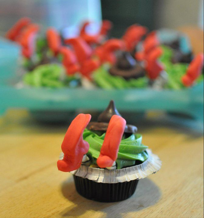 I had to pin this since I live in Kansas. Wizard of Oz Cupcakes @ thehappyhousewife.com