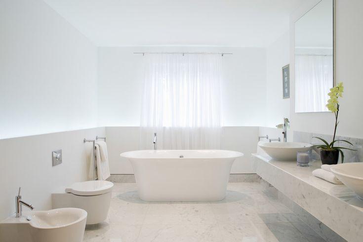 Wit vrijstaand bad in minimalistische badkamer - spanplafond