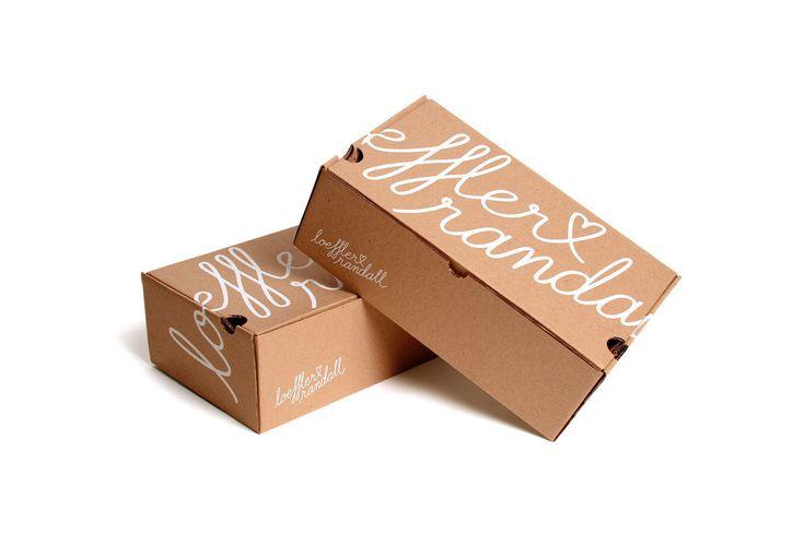 Дизайнерская студия изНью‑Йорка RoAndCo создала длякомпании Loeffler Randall свежий, элегантный, ориентированный намолодежную аудиторию дизайн Heart LR, отлоготипа доупаковки. Коробки изгофрокартона дляупаковки обуви Loeffler Randall оформлены печатью водин цвет, этологотип какбы обнимающий коробку потрем сторонам.   http://am.antech.ru/TvP2