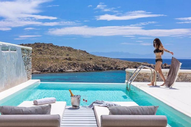 Casa Del Mar Mykonos Seaside Resort || Casa Del Mar Mykonos Seaside Resort offers Cycladic-style villas with views of the sea, the sunrise and the island of Naxos.