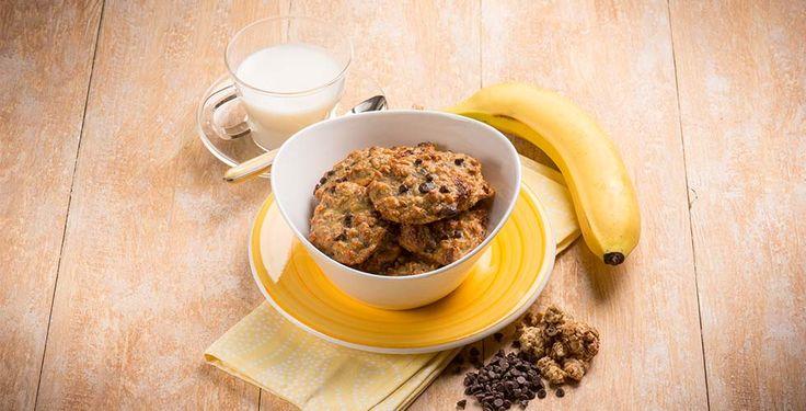 Deilige og sunnebanankjeks du enkelt lager selv. Den crispy kjeksen lages med bare to ingredienser og det kan tilsettes flere ingredienser etter eget ønske, for flere smaker og variasjoner.     Ingredienser:  2 modne bananer 90 g havregryn  Tilsett om ønskelig:  Kanel Hakket mørksjokolade Hakkede nøtter        Slik gjør du:  Forvarm ovnen til180 grader. Bland ingrediensene sammen i en blender. Bruk gjerne en bolleog en gaffel om ønskelig. Lag 16 små kjeks av deigen på et bakepapirkledd…