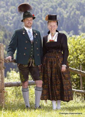 Festtagstrachten :: Chiemgau Alpenverband Festtagsgwand – mit da Lederhos'n und grauen Strümpfen, Röcki mit weißen Strümpfen (nur Reit im Winkl)