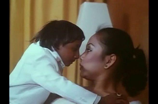 """""""Brucelinito"""" (1981) Maricarmen y sus muñecos tuvo un éxito arrollador en su gira por Filipinas, y originó imitadoras a cascoporro, incluyendo a ésta que hacía numeros eróticos dándose el lote con su marioneta de Weng Weng… que es el verdadero Weng Weng con la mano de la """"ventrílocua"""" metida en el culo."""