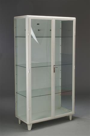 http://www.lauritz.com/da/auktion/vitrineskab-medicinskab-af-lakeret-staal/i4253727/