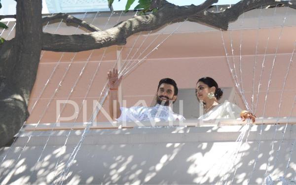 Photos Newlyweds Deepika Padukone And Ranveer Singh Greet Their Fans At The Bengaluru Residence Deepika Padukone Ranveer Singh Newlyweds