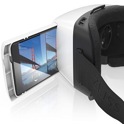Le #casque de réalité #virtuelle #Zeiss VR One vous offre la possibilité de #visionner des #vidéos en 2D et en 3D, ainsi que des #photos ou encore d'utiliser #Street View. [99€ - www.zeiss.com]