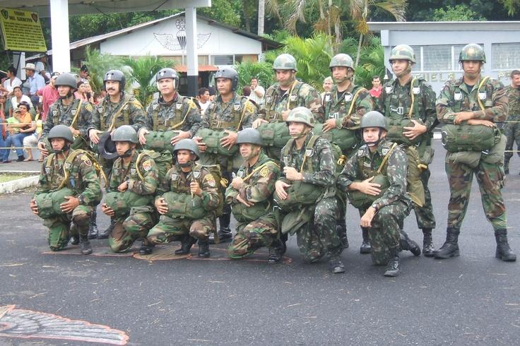 grupo de salto conformado por oficiales de Honduras, Brazil, instructores Kaibil, instructores de la Escuela Politecnica y comandantes de la Brigada de paracaidistas General José Felipe Cruz GUATEMALA.