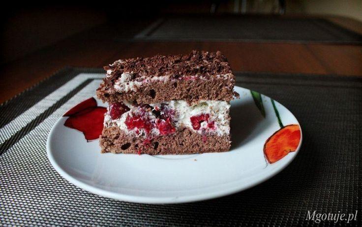 Ciasto z malinami z masą z śmietany kremówki, mascarpone i startej czekolady. Proste w wykonaniu, wystarczy upiec czekoladowy biszkopt i przełożyć śmietanową masą, w środku układając maliny. Bardzo smaczne połączenie smakowe.