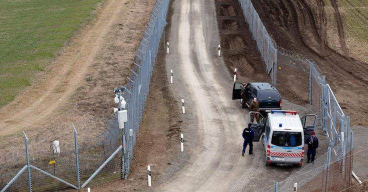 La clôture doit être munie de détecteurs de chaleur, de caméras et de haut-parleurs.