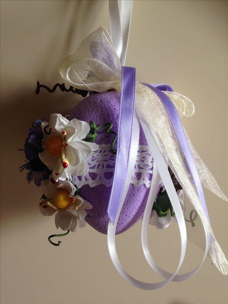 uovo polistirolo decorato fiori artificiali e nastri