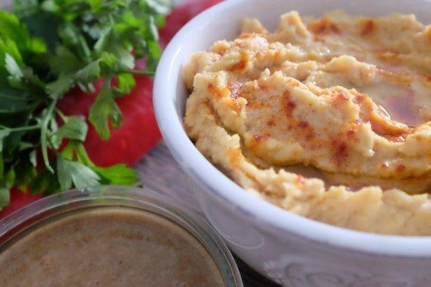 HUMMUS  Składniki:      szklanka ugotowanej / puszka konserwowej cieciorki     2 łyżki pasty tahini     2 łyżki oliwy z oliwek     łyżki soku z cytryny     ząbek czosnku     szczypta soli     szczypta pieprzu Po więcej udaj się na: http://kreatorniazmian.pl/przepis-hummus/