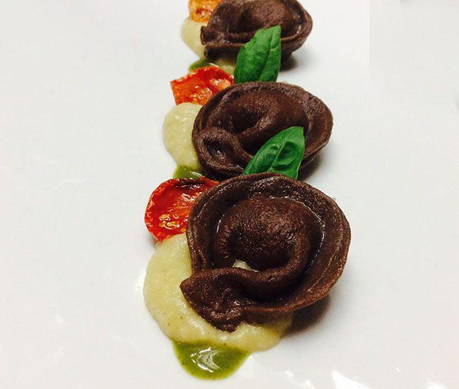 Tortelli al cacao con crema di melanzane e pomodorini | Food Loft - Il sito web ufficiale di Simone Rugiati