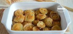 Le cipolle gratinate al forno sono un contorno semplice e stuzzicante, croccanti di parmigiano e pangrattato, buonissime sia calde che fredde.