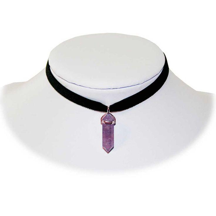 Amethist paarse steen hanger aan choker ketting van zwart lint