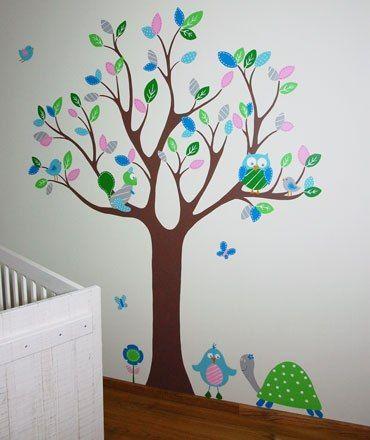 Muurschildering van een boom met dieren voor in de babykamer. Kan naar wens aangepast worden door BIM Muurschildering.   Mural, tree, nursery