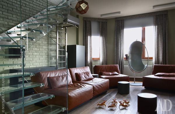 Игровая комната на первом уровне квартиры. Кожаные круглые столики и кресло-кокон, Ivano Redaelli.