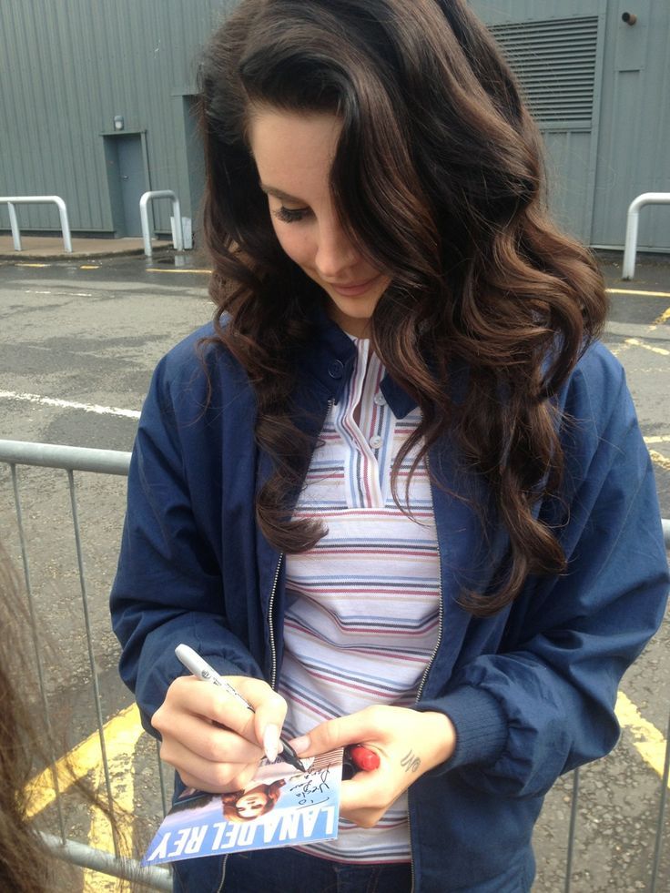 Can we just appreciate Lana's hair.                                                                                                                                                                                 More