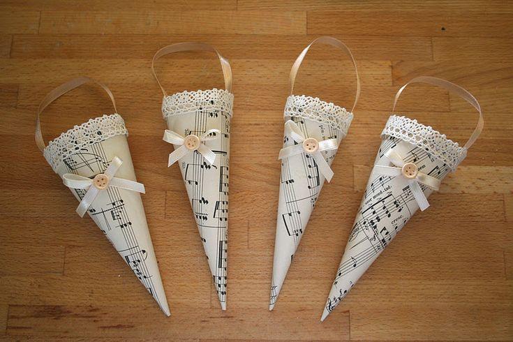 Decorazione natalizia fatta di carta foglio di musica: Croissant e lavanda