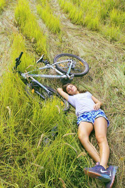 Обнаженная девушка ездит на велосипеде