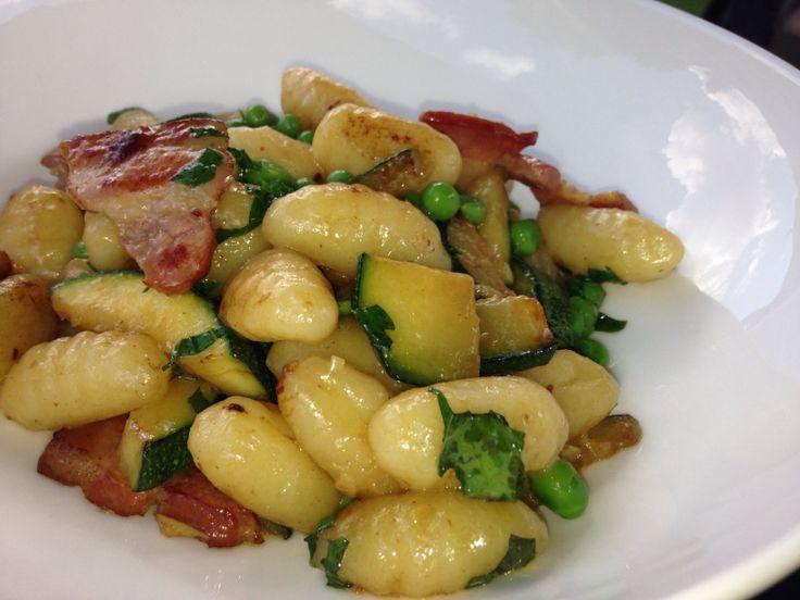 Carbonara van gnocchi met courgette, erwtjes, spek, munt en knoflook