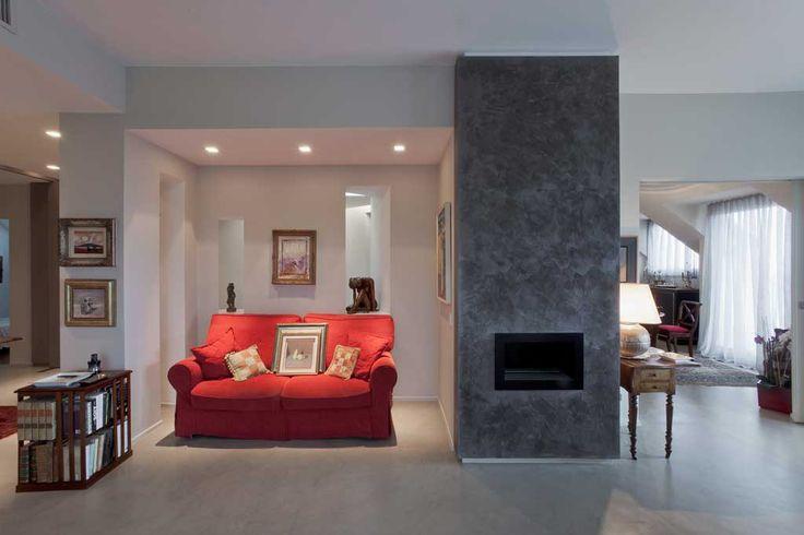 pavimento in cemento lucidato con parete in microcemento grigio